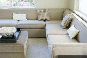 Reformas Cataluña Reforma vivienda y sala de estar moderna con sofá